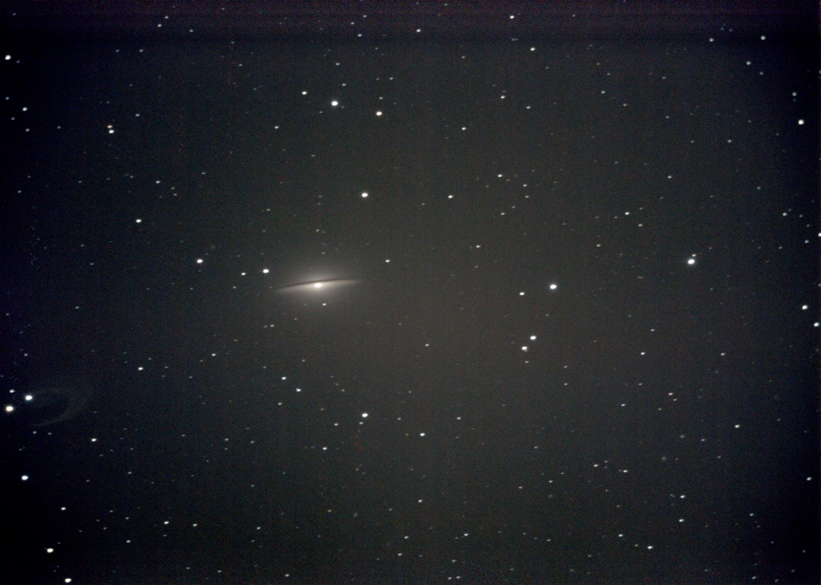 Die Spiralgalaxie M104 ist vom Typ SA(s)a und etwa 9 Mio. pc (30 Mio. LJ) von uns entfernt. Sie hat einen besonders stark ausgeprägten Bulge und eng gewundene Spiralarme.
