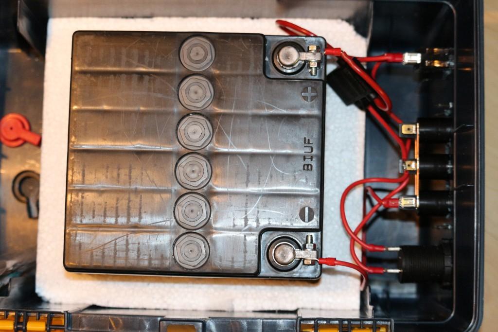 Die Batterie sitzt zwecks Fixierung und thermischer Isolierung in der Styropor Verpackung.